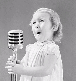 niña al microfono