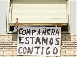 Una ventana del Hospital Gregorio Marañón y un enfermera anónima haciendo la V, el signo de la victoria